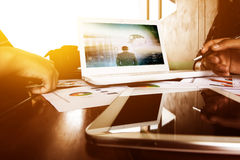 Lächelnder Geschäftsmann unter Verwendung des Laptop cmputer am Schreibtisch und Unterhaltung mit einer Frau lizenzfreie stockfotografie