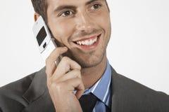 Lächelnder Geschäftsmann Using Mobile Phone lizenzfreies stockfoto