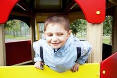 Lächelnder geschielter Junge Stockbild
