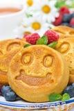 Lächelnder geschmackvoller Maispfannkuchen mit Beeren Lizenzfreies Stockfoto