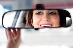 Lächelnder glücklicher Frauenautofahrer Stockbild