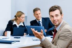 Lächelnder glücklicher Geschäftsmann im Büro Stockfoto