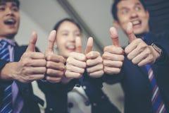 Lächelnder glücklicher Geschäftsmann und Geschäftsfrauen, die Erfolg feiern lizenzfreies stockbild