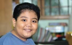 Lächelnder glücklicher Junge lizenzfreie stockfotos