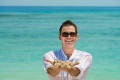 Lächelnder glücklicher Mann auf sandigem Strand Lizenzfreies Stockfoto