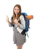 Lächelnder glücklicher tragender Rucksack und Stadtplan der jungen attraktiven touristischen Frau auf Feiertagstourismuskonzept Stockfotos