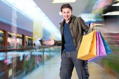 Lächelnder gutaussehender Mann mit Einkaufstaschen Lizenzfreies Stockfoto