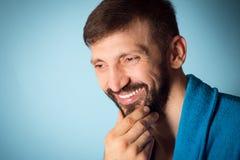 Lächelnder hübscher bärtiger Mann lizenzfreie stockbilder