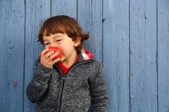 Lächelnder Herbstfall Kinderkinderder essenapfelfrucht gesund stockbild