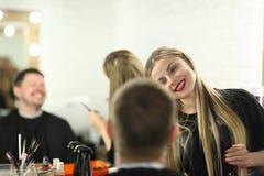 Lächelnder Herrenfriseur, der Haarschnitt für männlichen Kunden macht stockfoto