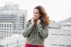 Lächelnder herrlicher Brunette im Winter arbeiten nach links schauen um Lizenzfreie Stockfotografie