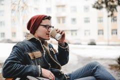 Lächelnder Hippie-Manngetränkkaffee im Freien Lizenzfreie Stockbilder