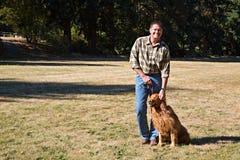 Lächelnder Hundeinhaber am Park Lizenzfreie Stockfotos