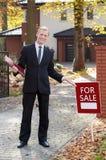 Lächelnder Immobilienmakler lizenzfreie stockfotografie