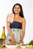 Lächelnder indischer Chef Cuts Vegetables Stockfotos