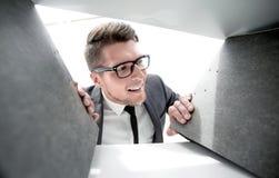 Lächelnder Ingenieur wählt Dokumente vor stockfotografie