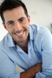 Lächelnder intelligenter Kerl Lizenzfreies Stockfoto