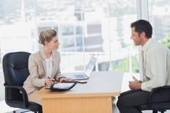 Lächelnder interviewender Geschäftsmann der Geschäftsfrau Lizenzfreie Stockfotos