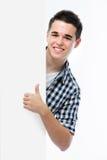 Lächelnder Jugendlicher zeigt sich Daumen lizenzfreies stockbild