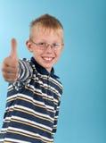 Lächelnder Jugendlicherscheinendaumen herauf Zeichen Stockfotos