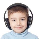 Lächelnder Junge in den Kopfhörern Stockfotos