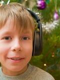Lächelnder Junge in den Kopfhörern Stockfoto