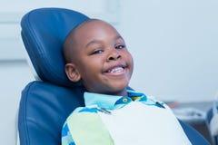 Lächelnder Junge, der auf eine zahnmedizinische Prüfung wartet Lizenzfreie Stockfotografie