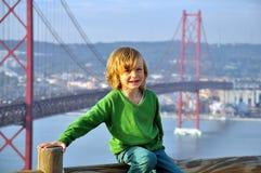 Lächelnder Junge an der Brücke Stockfoto