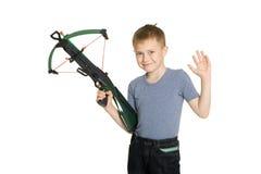 Lächelnder Junge, der einen Crossbow anhält Stockfotografie