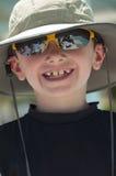 Lächelnder Junge, der einen Hut trägt. Stockfotografie