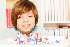 Lächelnder Junge, der Eishockey-Tabellen-Brettspiel spielt Lizenzfreies Stockbild