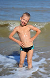Lächelnder Junge, der im Wasser steht Lizenzfreies Stockfoto