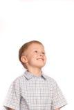 Lächelnder Junge, der oben schaut Lizenzfreie Stockbilder
