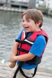 Lächelnder Junge in der Schwimmweste Lizenzfreie Stockbilder