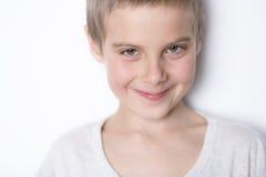 Lächelnder Junge des Portraits von acht Jahren Stockfotografie