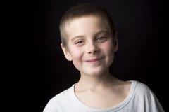 Lächelnder Junge des Portraits von acht Jahren Lizenzfreie Stockfotografie