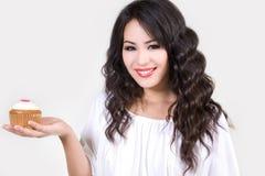 Lächelnder junge Frauen-Holdingkleiner kuchen Lizenzfreies Stockbild