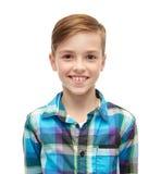 Lächelnder Junge im karierten Hemd Stockbilder