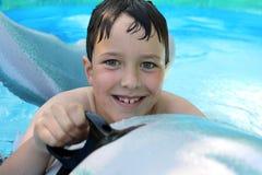 Lächelnder Junge im Pool Stockfotografie
