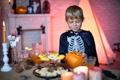 Lächelnder Junge im skeleton Kostüm Lizenzfreies Stockfoto