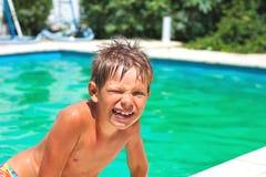 Lächelnder Junge im Swimmingpool stockbilder