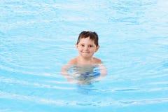 Lächelnder Junge im Wasser lizenzfreies stockfoto