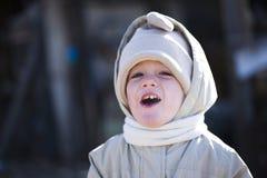 Lächelnder Junge im Winter Stockbild