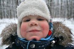 Lächelnder Junge im Winterhut Lizenzfreie Stockfotografie