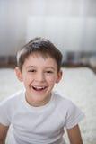 Lächelnder Junge Innen lizenzfreies stockbild
