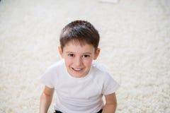 Lächelnder Junge Innen Stockfotos