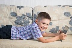 Lächelnder Junge Innen Stockfotografie