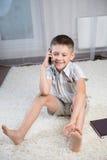 Lächelnder Junge Innen Lizenzfreies Stockfoto