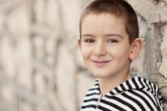 lächelnder Junge mit braunen Augen Stockbilder