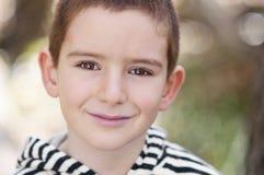 Lächelnder Junge mit braunen Augen Stockfotografie